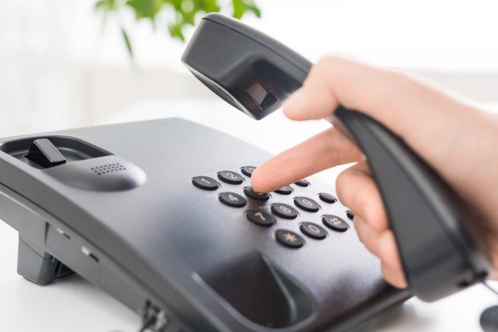 電話のプッシュを押す手