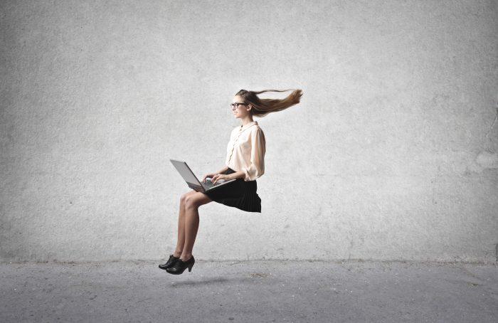 インターネットの速さを体感する女性