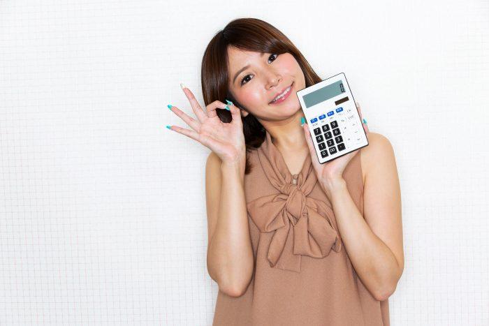 電卓を手に安いことを実感する女性