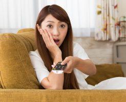 ひかりTV for NUROの注意点を確認する女性