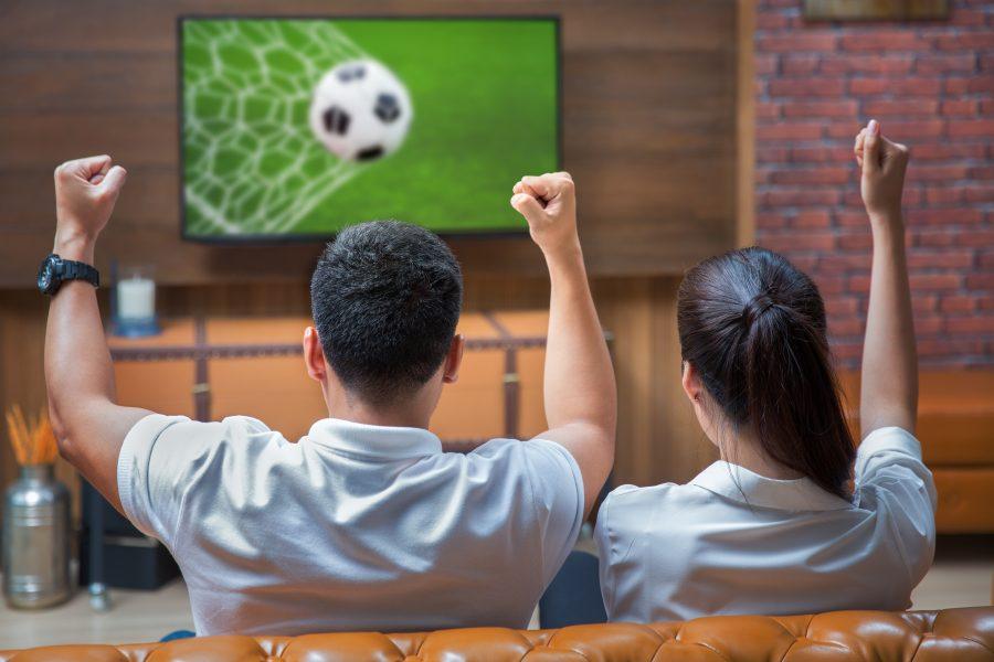 ひかりTVを見て楽しんでいるカップル