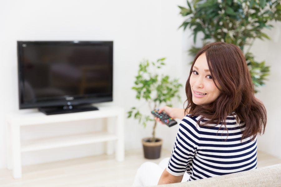 テレビを見て楽しんでいる女性