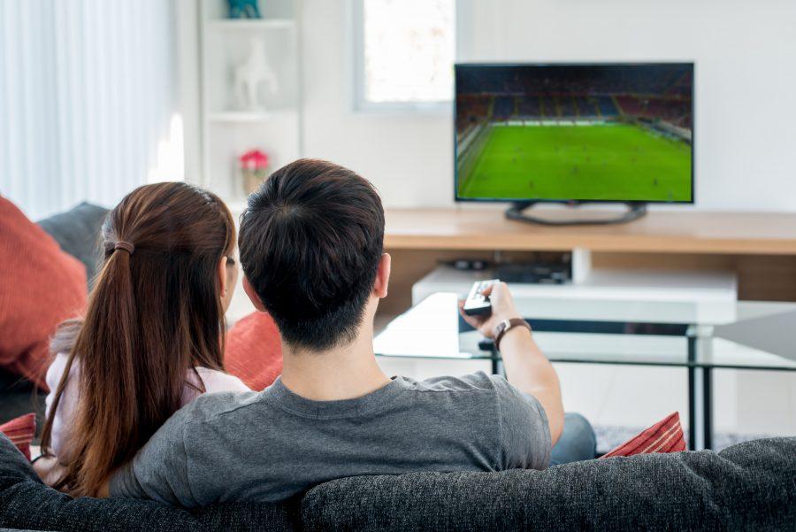 一緒にテレビを見るカップル
