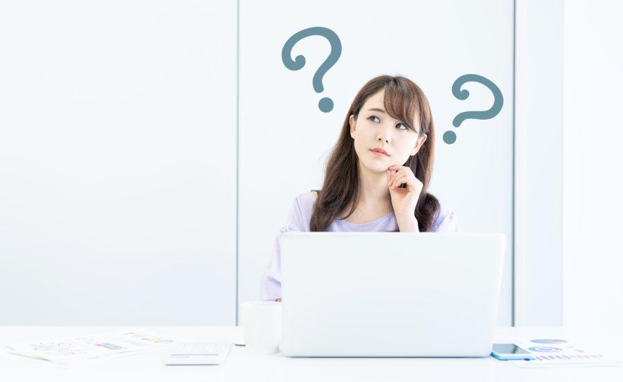 ネット速度をどうすれば速くできるか考える女性