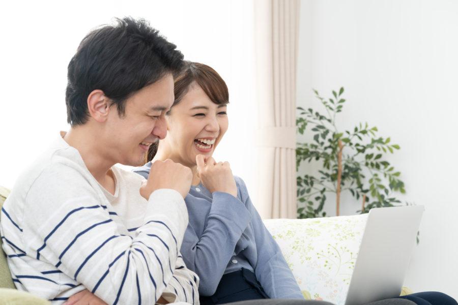 高速ネットで快適な動画を楽しんでいる夫婦